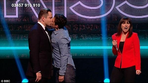 Orlando Bloom bất ngờ hôn môi trai có vợ trên truyền hình