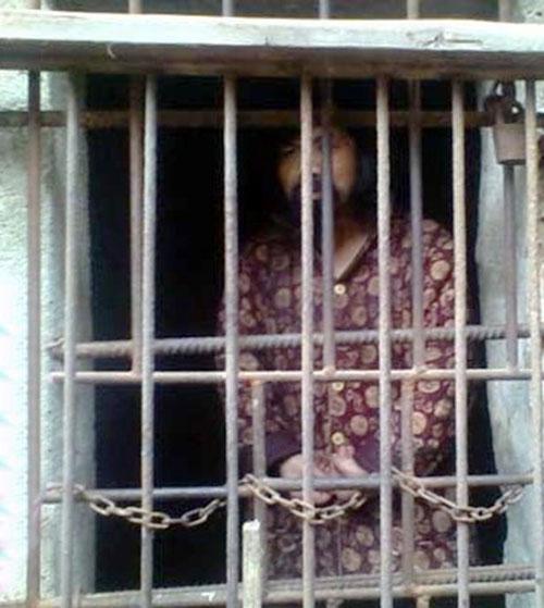 Mẹ nhốt con trai vào chuồng gà 13 năm