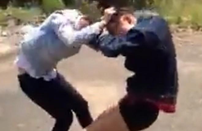 Thiếu nữ đánh nhau đến ngất xỉu giữa đường