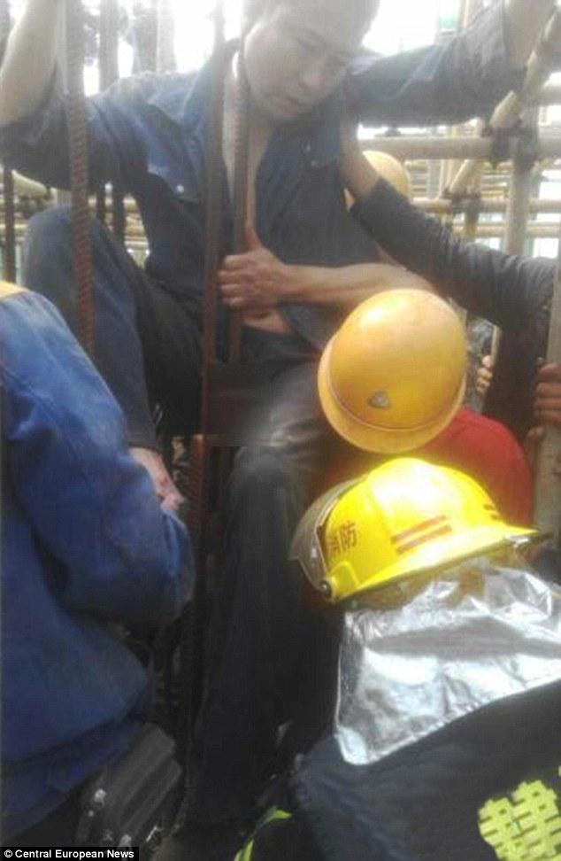 Một công nhân bị thanh sắt đâm xuyên qua chỗ hiểm