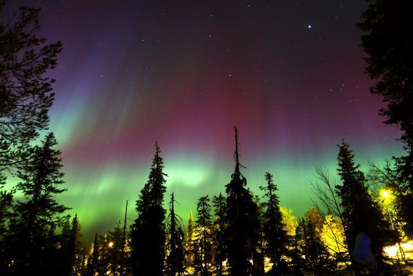 """Hiện tượng Bắc cực quang đẹp như cổ tích """"thắp sáng"""" cả bầu trời đêm"""