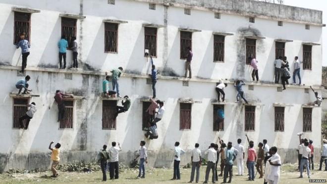Cha mẹ đu tường ném bài thi cho con ở Ấn Độ