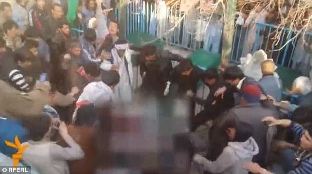Người phụ nữ bị đám đông đánh chết rồi đem thiêu