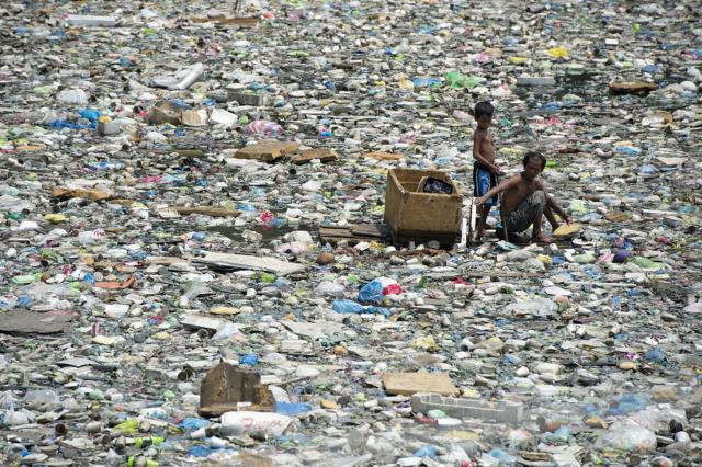 Xót xa hoàn cảnh hai cha con kiếm sống trên dòng sông đầy rác