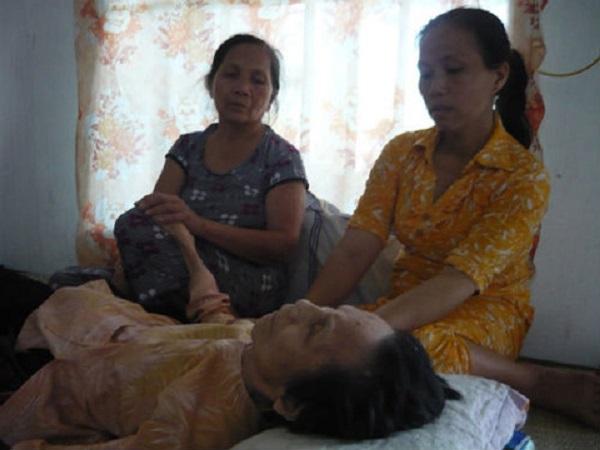 Hoảng hồn cụ bà 3 lần bật nắp quan tài tỉnh dậy