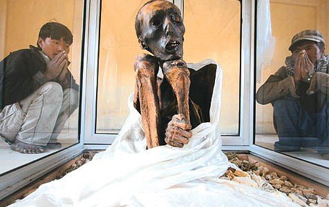Xác chết ngồi bó gối suốt 600 năm không phân hủy