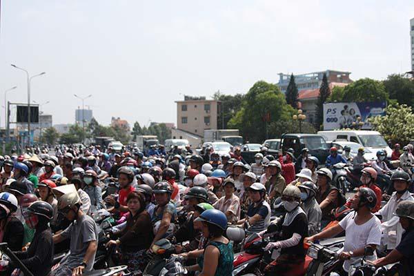 Biển người Sài Gòn xếp hàng đội nắng giữa trưa chờ nhận đồ ăn miễn phí