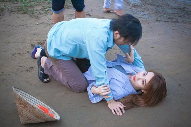 Hoài Linh lao trúng người Ngân Khánh trong phim
