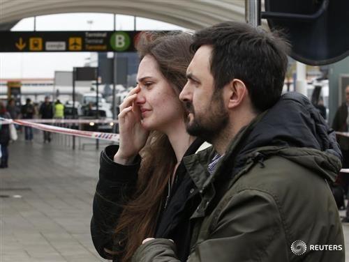 Thân nhân hành khách 4U9525 an ủi nhau ở sân bay