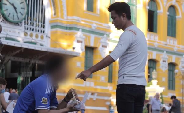 Clip thanh niên xin thức ăn bị từ chối ở TP HCM