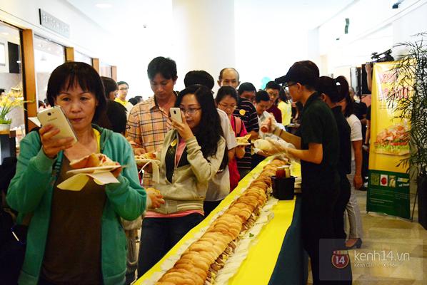 Hàng trăm người Sài Gòn xếp hàng chờ thưởng thức miễn phí chiếc bánh mì dài 18m