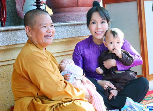 Việt Hương giản dị đi lễ chùa