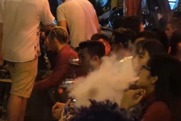 """Hà Nội: """"Cơn sốt"""" với shisha trà chanh vỉa hè"""