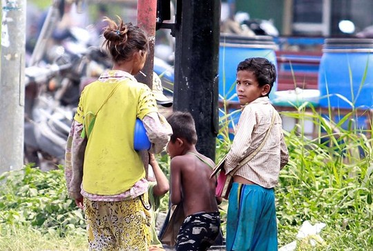 Trẻ không biết tiếng Việt bị chăn dắt trên quốc lộ