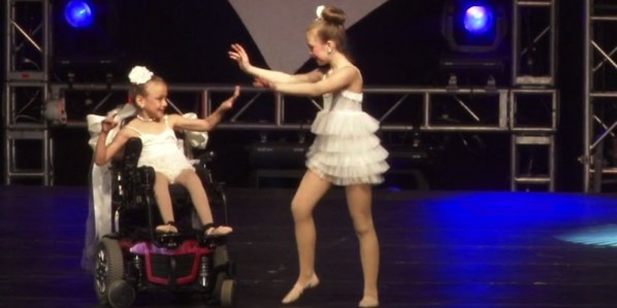 Xúc động màn múa trên xe lăn của hai chị em