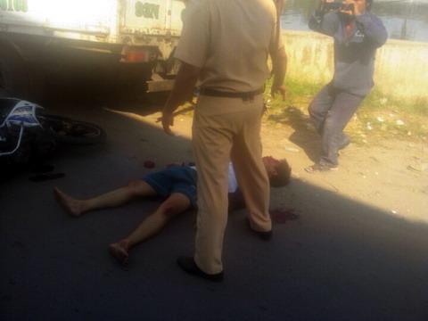 CSGT bị tố đạp người đi đường ngã vào xe tải?