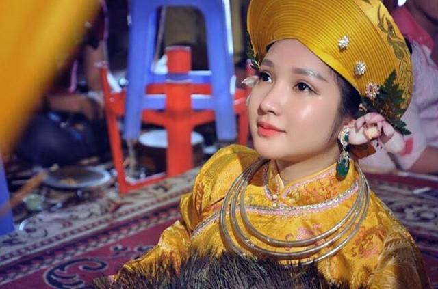 9x được mệnh danh là 'cô đồng xinh đẹp nhất Việt Nam'