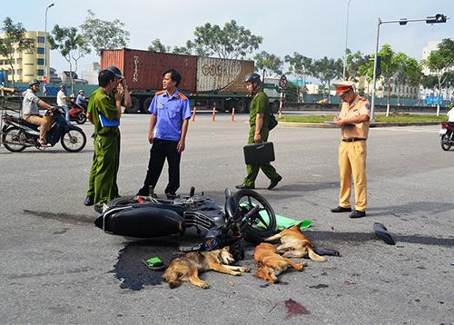 Hai thanh niên nghi trộm chó tông vào ôtô
