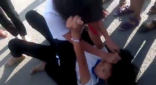 Học sinh tiểu học đánh nhau, các bạn đứng cổ vũ