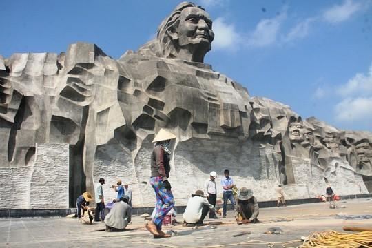 Khánh thành 1 tuần, nền gạch tượng đài Mẹ VN Anh hùng vỡ vụn