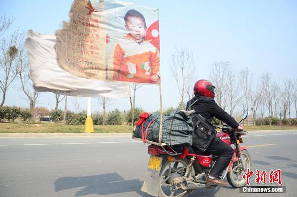 Bố lái xe hơn 400.000 km tìm con trai bị bắt cóc suốt 18 năm