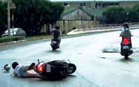 Thiếu nữ đi xe ga bị cướp kéo lê trên đường