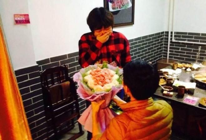 Chàng trai cầu hôn bằng bó hoa làm từ thịt