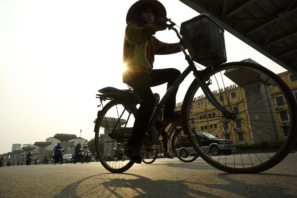 """Hà Nội: Nắng rát mặt trên tuyến phố """"khuyết"""" cây xanh"""