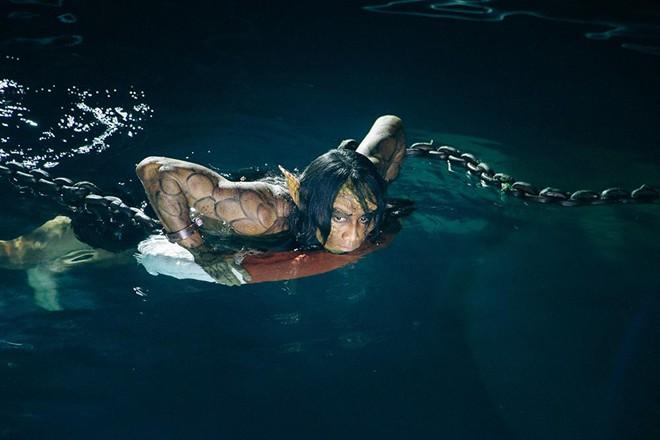 Phạm Anh Khoa bị nhốt dưới hồ rắn suốt đêm trong MV mới