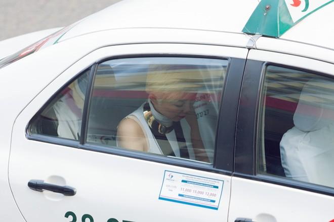 Tóc Tiên đi tập hát bằng taxi