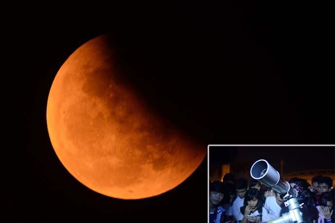 Hàng trăm bạn trẻ săn 'trăng máu' ở Hà Nội