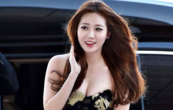 Kiều nữ Hàn sexy trong trang phục khoe khéo vòng một
