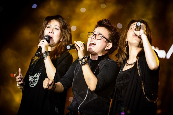 Phương Uyên và 2 em gái nhóm 3 Con Mèo khóc trong live show