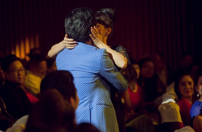 Việt Hương bất ngờ ôm hôn Trường Giang trên sân khấu