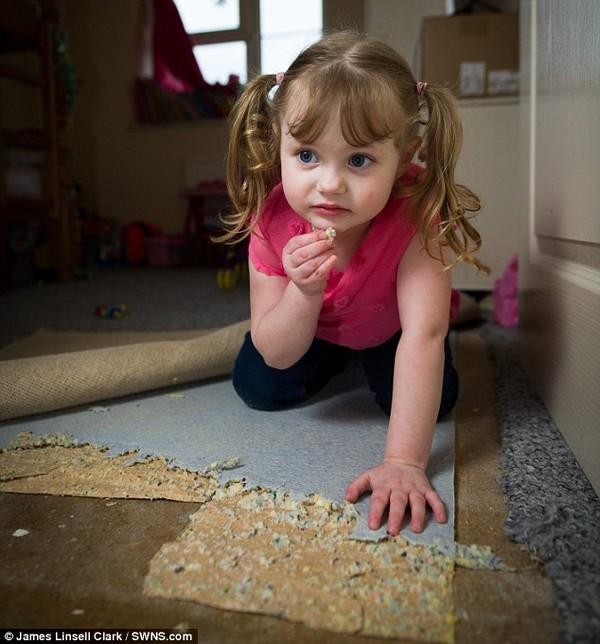 Cô bé 4 tuổi nghiện ăn đồ vật các loại từ thảm cho tới xi măng