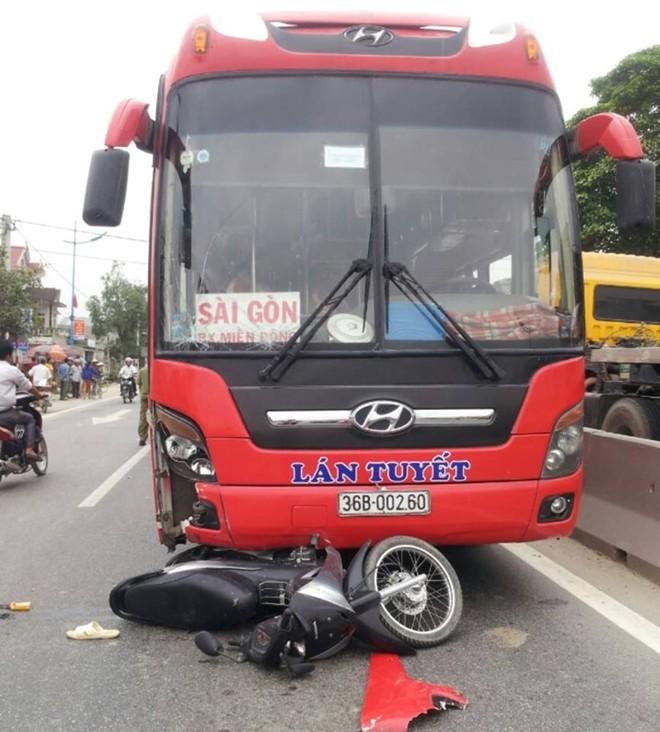 Thai phụ sắp sinh bị xe khách tông văng xuống đường