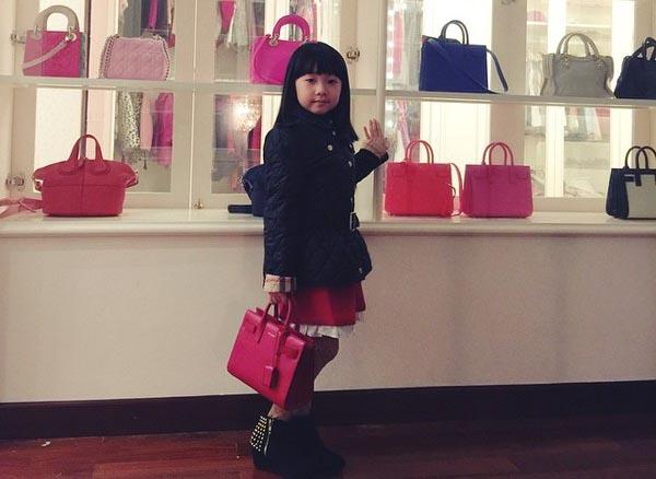 Tủ đồ hàng hiệu bạc tỷ của em bé 5 tuổi người Việt