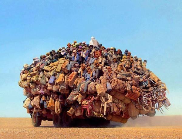 """Những chuyến xe quá tải """"không thể tin nổi"""" trên toàn thế giới"""