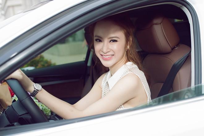 Angela Phương Trinh lái xế hộp 6 tỷ đi giao lưu