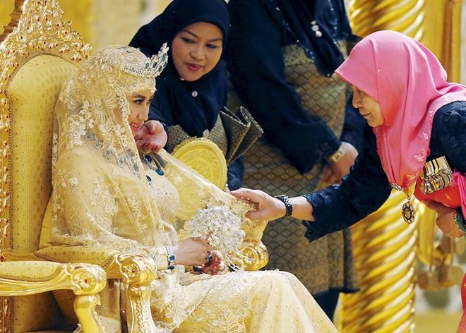 Những chiếc váy cưới dát vàng, đính kim cương
