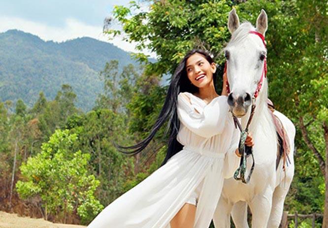 Á hậu Trương Thị May tung bay váy trắng bên tuấn mã