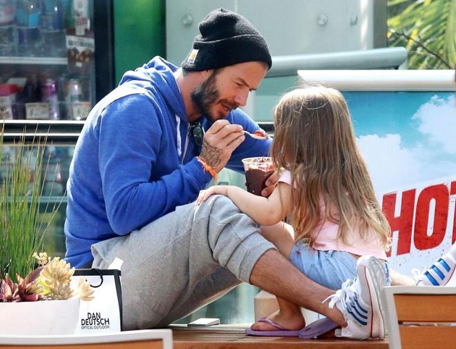 David Beckham ân cần chăm sóc Harper trên phố