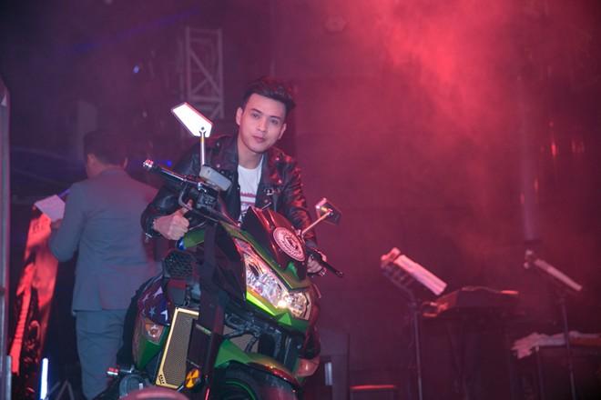 Hồ Quang Hiếu mang mô tô 500 triệu đồng lên sân khấu