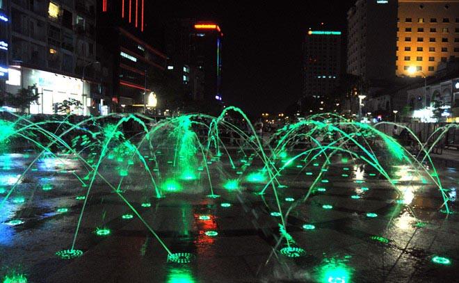 Nhạc nước nhiều màu sắc giữa đêm ở phố đi bộ Sài Gòn