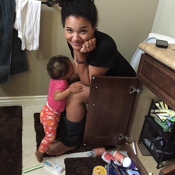 Bức ảnh bà mẹ cho con bú trong nhà vệ sinh gây bão mạng xã hội