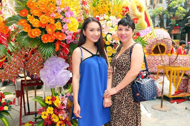 Cao Mỹ Kim trẻ trung cùng mẹ khai trương tiệm Spa