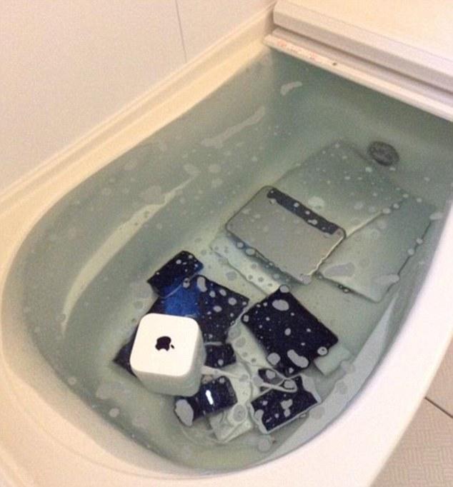 Cô gái ném tất cả bộ sưu tập hàng Apple của bạn trai vào bồn tắm để trả thù tình