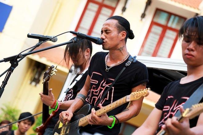 Fan hào hứng rock cùng Phạm Anh Khoa trên xe tải