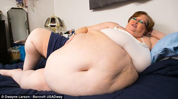 Người mẫu webcam 190kg tự tin khoe vòng bụng lên tới 2,4m