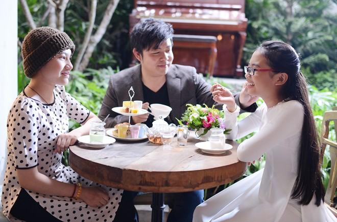 Phương Mỹ Chi cười tít mắt bên ba nuôi Quang Lê
